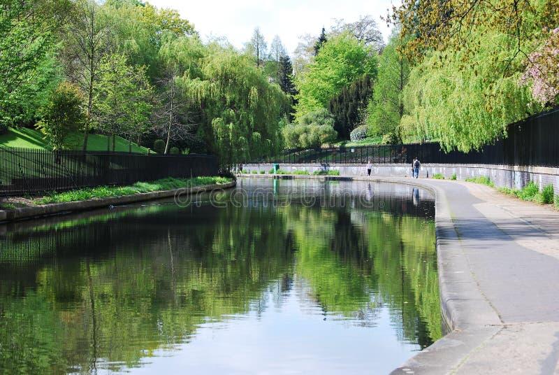 O canal no parque do regente, Londres do regente fotografia de stock royalty free