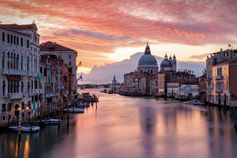 O Canale grandioso em Veneza, Itália imediatamente antes do nascer do sol fotos de stock