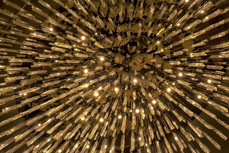 O candelabro é um prisma de vidro triangular imagens de stock royalty free