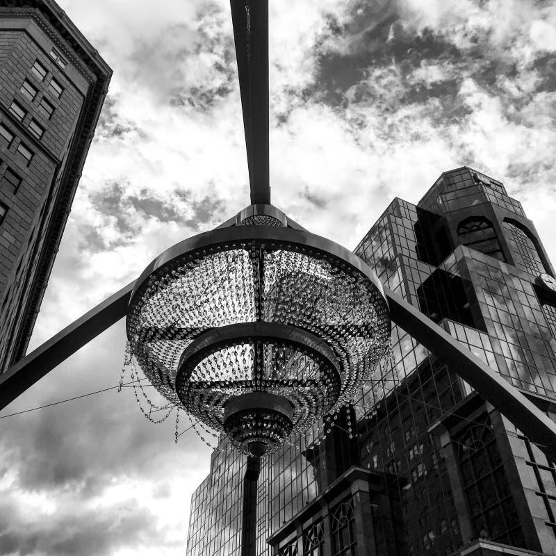 O candelabro de GE no centro do quadrado do teatro em Cleveland, Ohio fotografia de stock royalty free