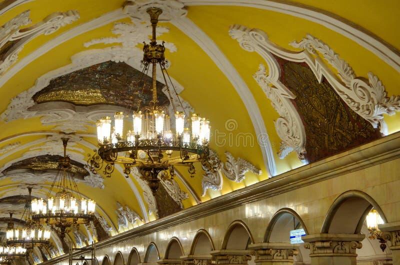 O candelabro ilumina-se na estação de metro de Komsomolskaya em Moscou, Rússia fotos de stock