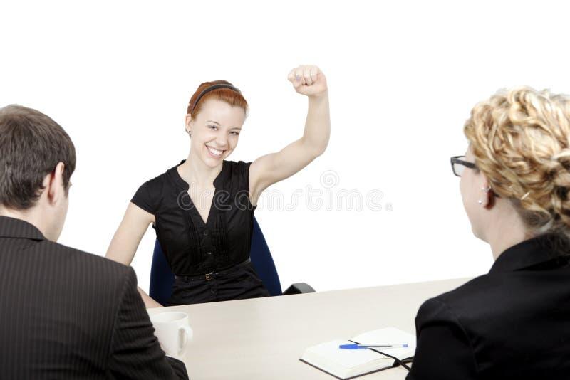 O candidato de trabalho bem sucedido novo está feliz imagem de stock