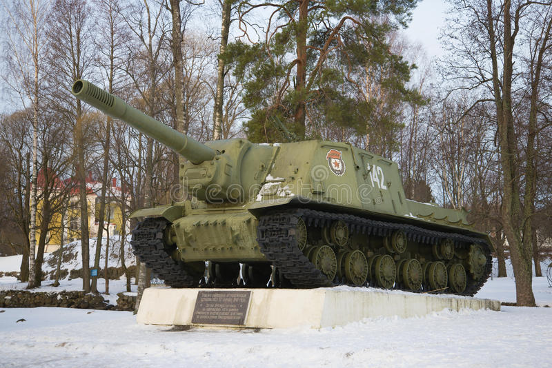 O canhão automotor da artilharia de ISU-153 que participa na libertação de Priozersk durante a grande guerra patriótica no Febr fotos de stock royalty free