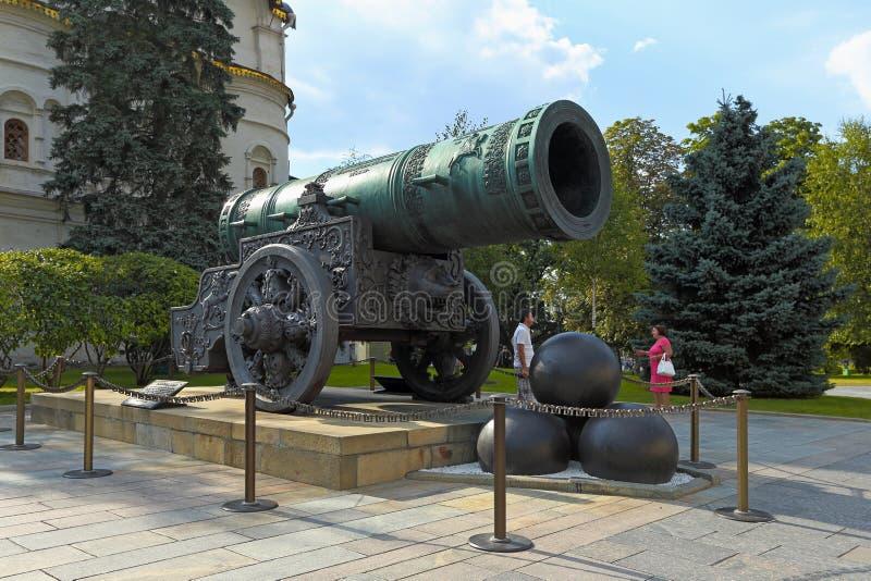 O canh?o famoso do czar e os n?cleos enormes em um dia de ver?o no Kremlin de Moscou foto de stock