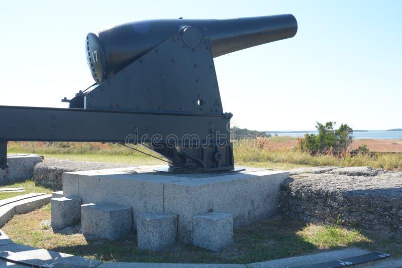 O canhão no rebitamento do forte criou um impressionante procura os navios que entram na entrada foto de stock