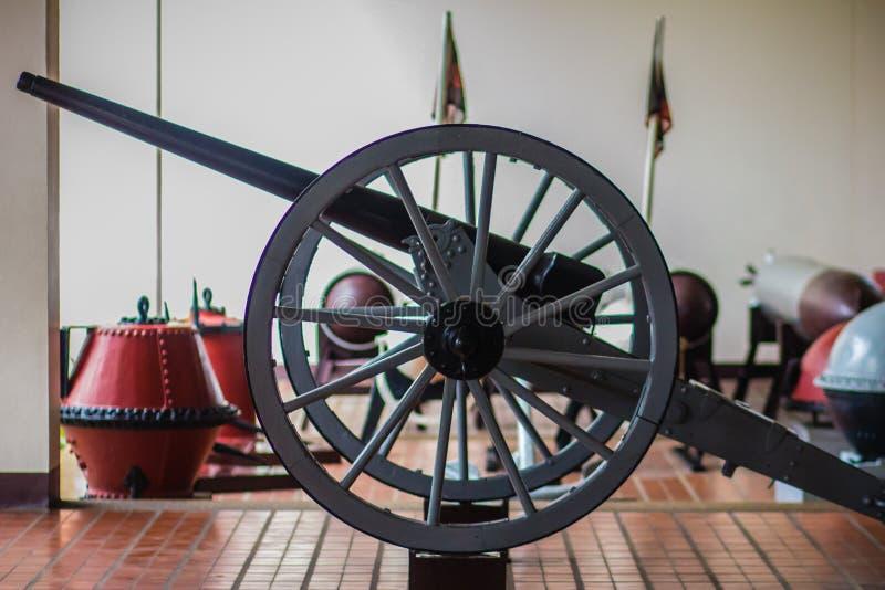O canhão velho da guerra civil nas rodas e foi sinal de tempo histórico da arma do meio-dia foto de stock royalty free