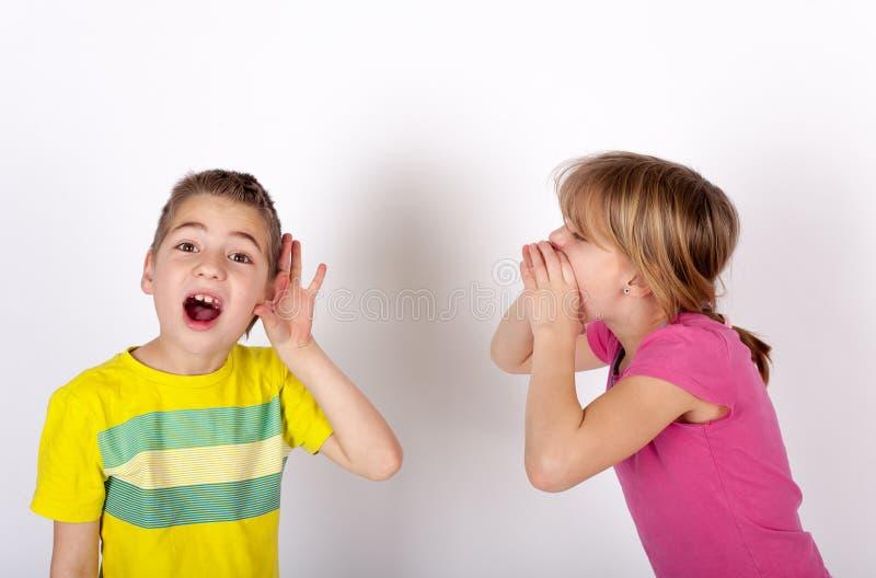 O cant surdo do menino ouve-se fotos de stock