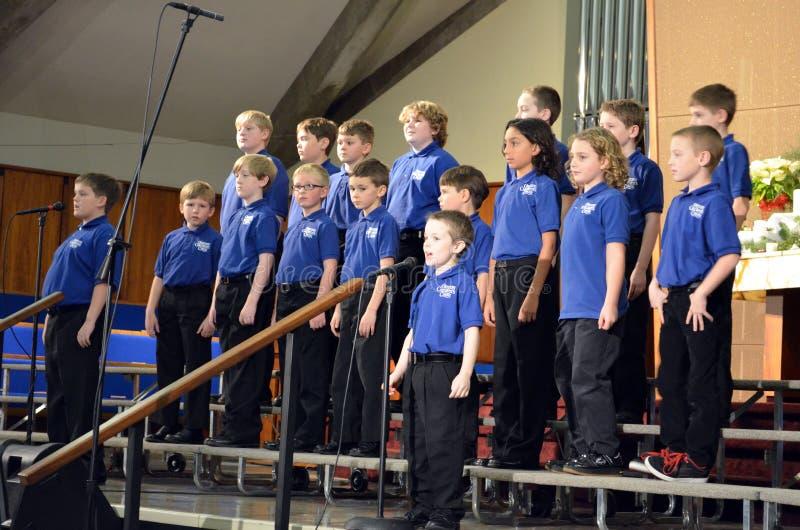 O cantanti dei ragazzi del coro dei bambini fotografia stock
