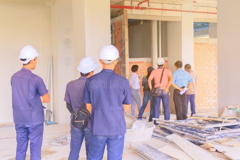 O canteiro de obras e a verificação do coordenador constroem o desenvolvimento do plano em abrigar a construção alta da elevação foto de stock