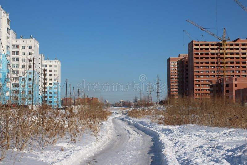 o canteiro de obras novas da casa do Multi-andar no inverno, um distrito novo está sendo construído na cidade imagens de stock