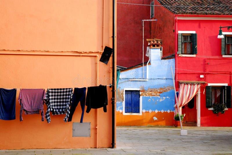 O canto projetou belamente com casas e roupa coloridas secar em Burano em Veneza em Itália imagem de stock