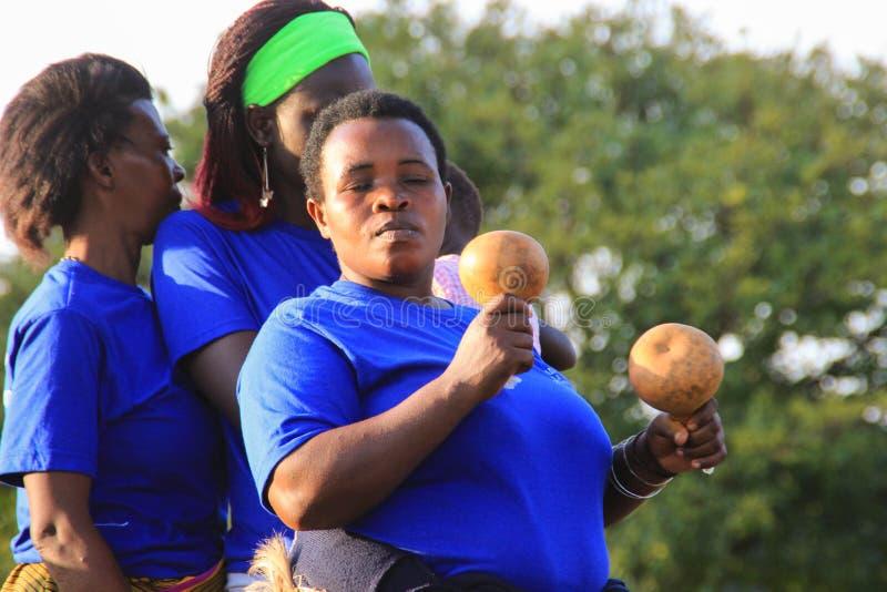 O cantor africano canta e dança em um evento da rua em Kampala imagem de stock royalty free