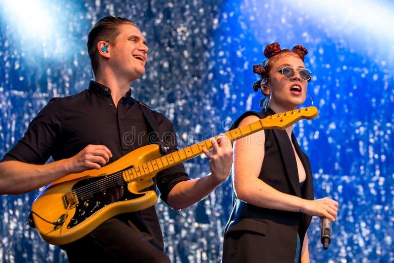 O cantor e o compositor de Jess Glynne English executam no concerto no festival FIB fotos de stock royalty free