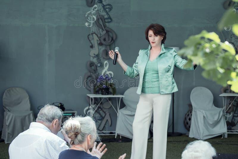 O cantor Eva Maria Piekert do PNF executa na fase ao ar livre na cidade de Halle Saale, Alemanha, 06/20/2019 imagens de stock