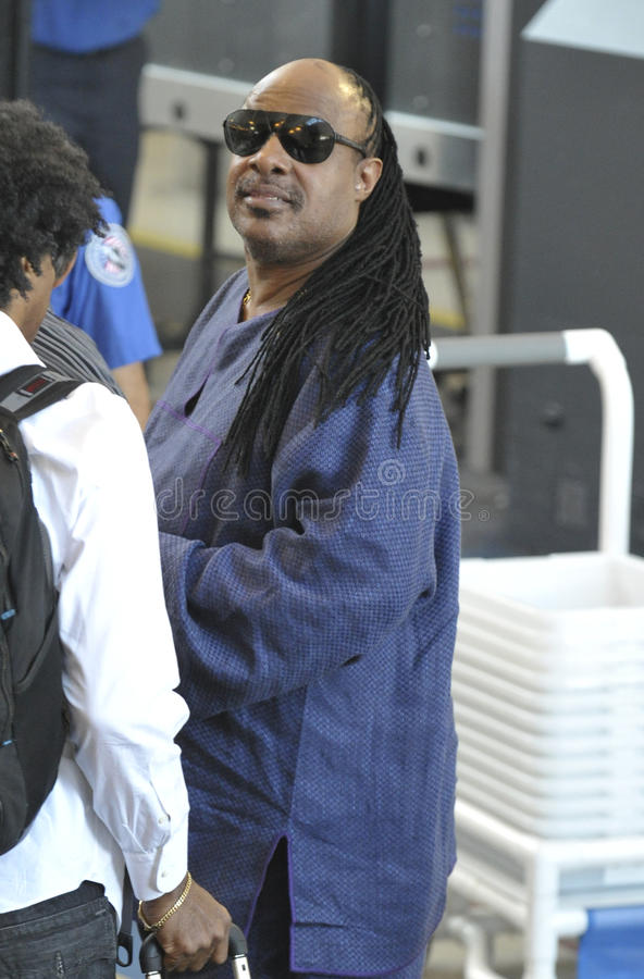 O cantor Stevie Wonder é visto em RELAXADO fotografia de stock royalty free