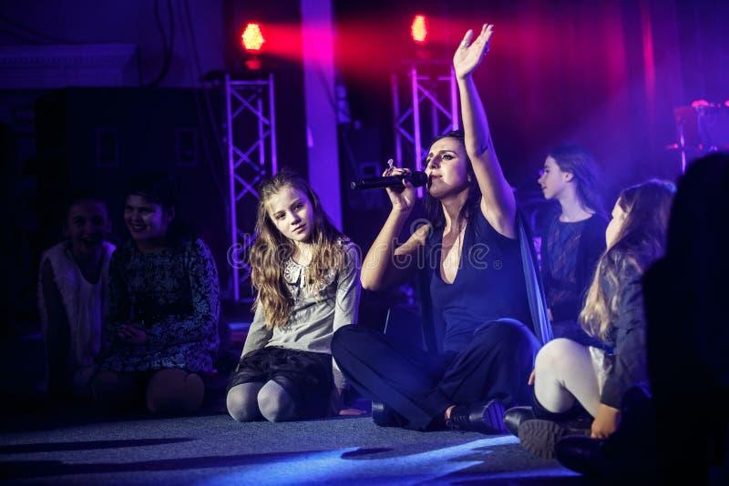 O cantor ucraniano famoso Jamala canta com crianças fotos de stock