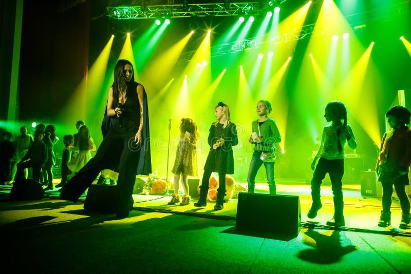 O cantor ucraniano famoso Jamala dança com crianças imagem de stock royalty free