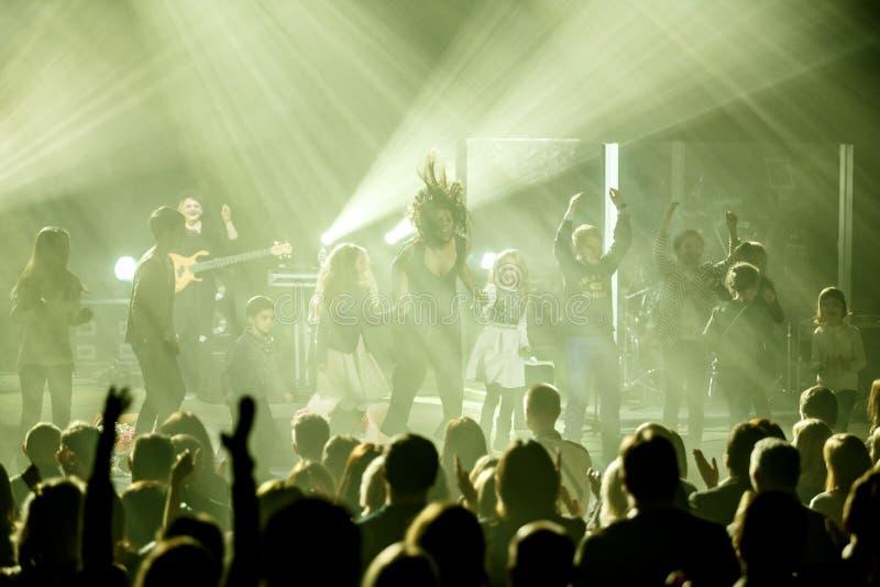 O cantor ucraniano famoso Jamala salta com uma multidão de crianças imagens de stock