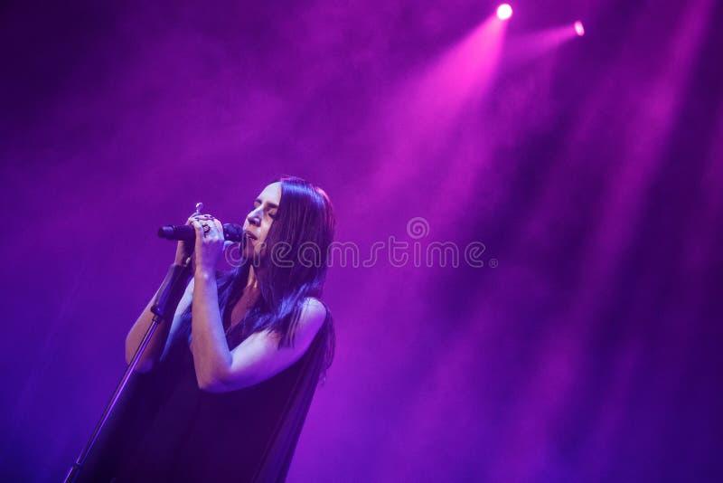 O cantor ucraniano famoso Jamala sorri apresentando lhe a respiração nova de Podykh do álbum foto de stock