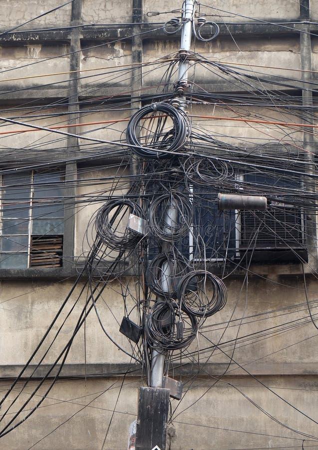 O caos dos cabos e dos fios em Kolkata fotos de stock