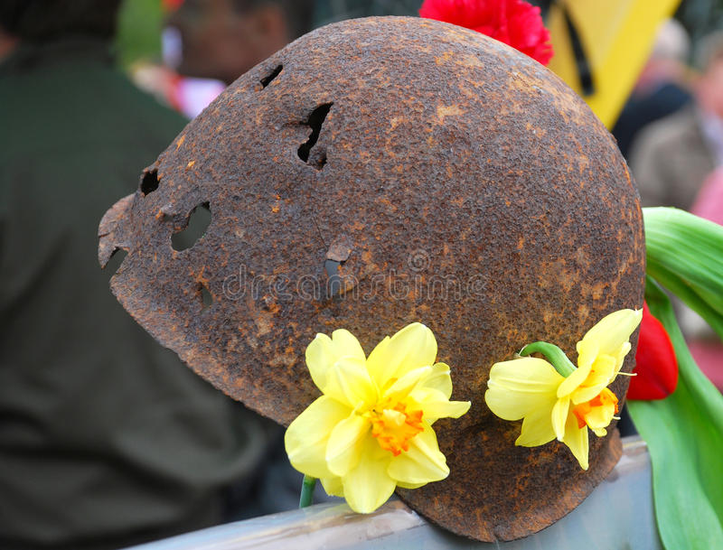 O capacete do soldado perfurado por balas fotografia de stock royalty free
