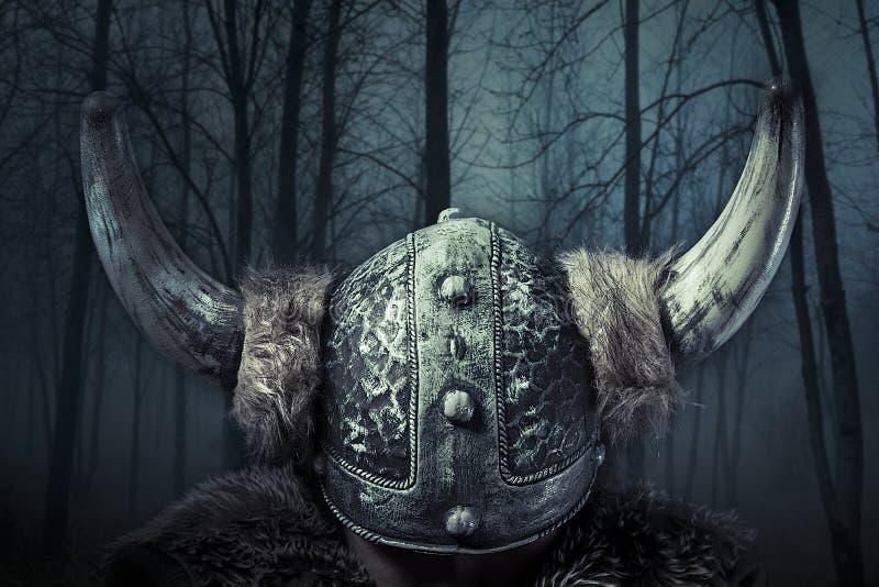 O capacete, guerreiro de Viking, homem vestiu-se no estilo bárbaro com swo fotografia de stock