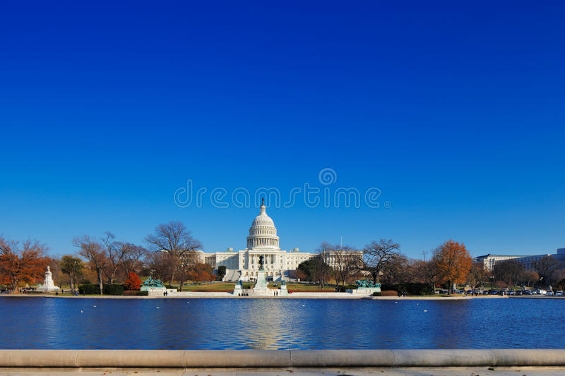 O Capitólio do Estados Unidos atrás da associação refletindo do Capitólio no Washington DC, EUA fotografia de stock