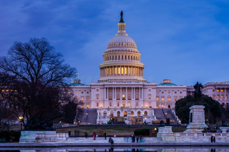 O Capit?lio do Estados Unidos na noite, em Washington, C.C. fotos de stock