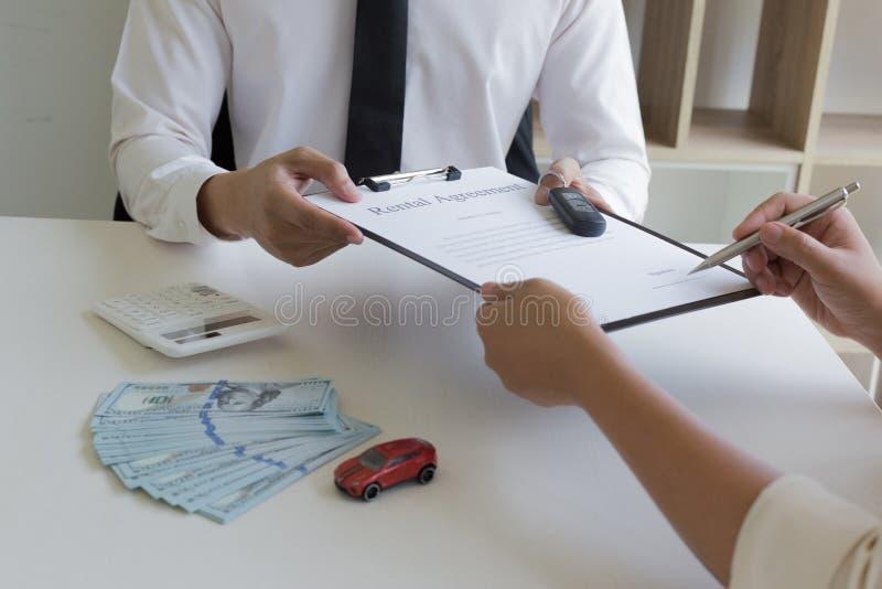 O capitalista alugou um carro para o inquilino e o inquilino fez um depósito como a garantia fotos de stock royalty free