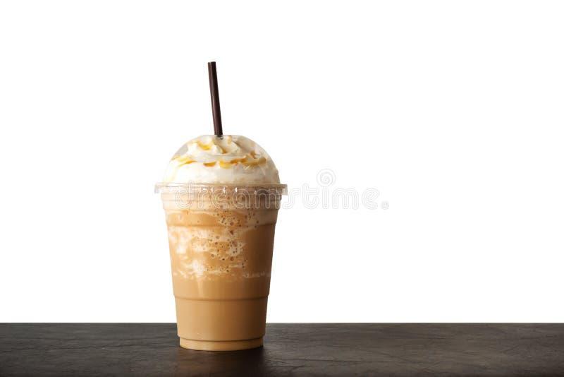 O cappuccino misturou dentro o copo plástico Servido com chantiliy Bebida do rafrescamento Bebida favorita da cafe?na imagens de stock
