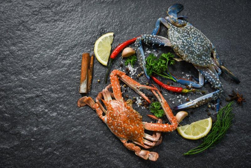 O caranguejo cru fresco cozinhou o marisco do marisco e o caranguejo cozinhado com ervas e especiarias foto de stock royalty free