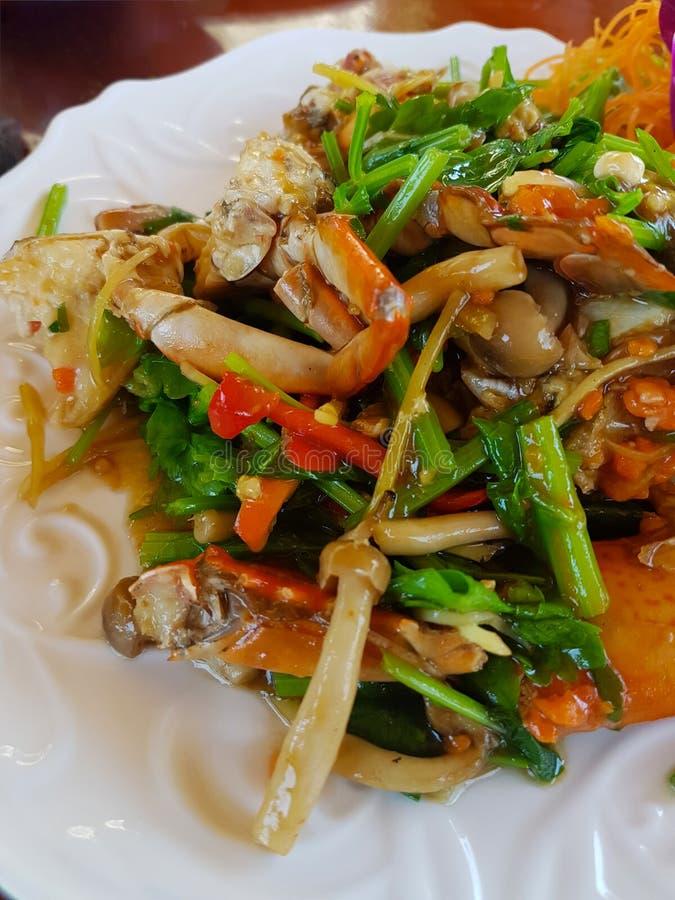 O caranguejo fritado com pó de caril em um prato branco colocou imagem de stock royalty free
