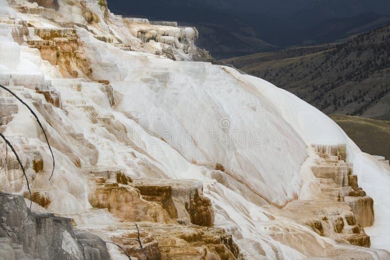 O carbonato de conexão em cascata balança com vale abaixo na mola quente gigantesca fotografia de stock royalty free