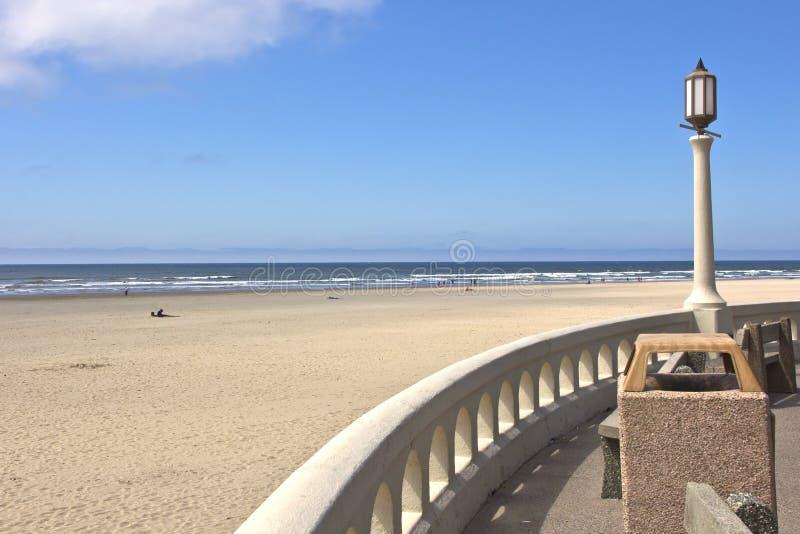 O cargo leve e a praia negligenciam a costa de Oregon. imagem de stock