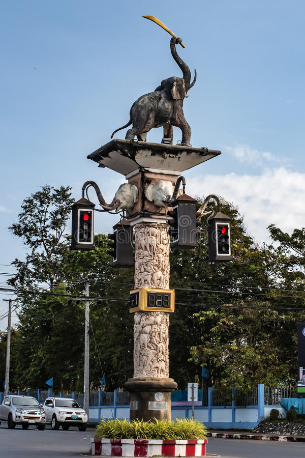 O cargo nas estradas transversaas com uma escultura de um elefante e de um sinal fotografia de stock royalty free