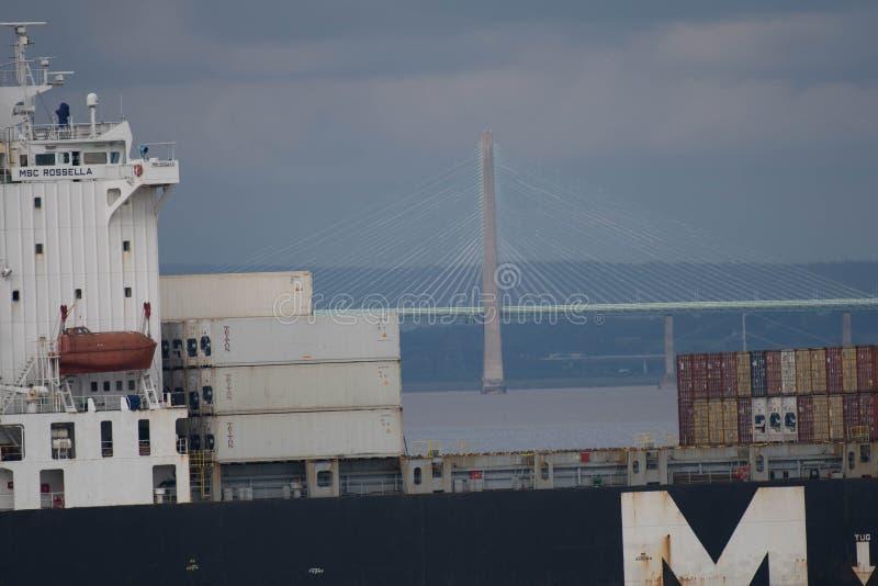 O cargueiro passa a ponte de Severn Crossing imagem de stock royalty free