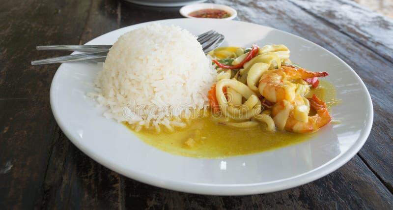O caril picante e o arroz do marisco serviram no prato imagem de stock royalty free
