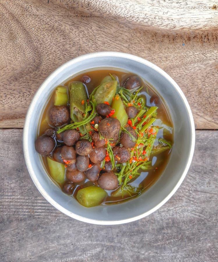 O caril tailandês do alimento com o hygrometricus dos cogumelos de Astraeus e o abobrinha, pimentão, puseram o copo, posto sobre  fotografia de stock