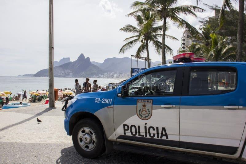 O carnaval da rua no Rio aumentou o policiamento para impedir lutas e roubos fotografia de stock royalty free