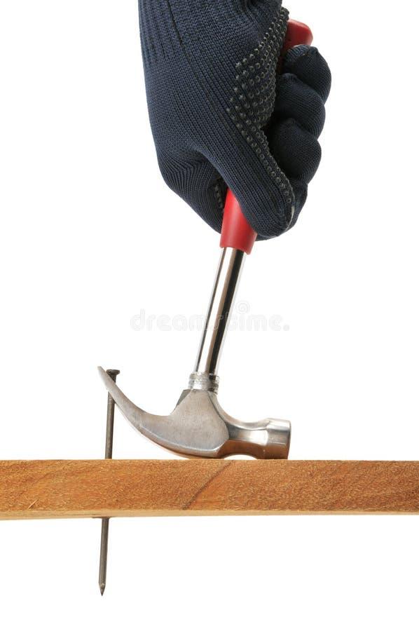 Download O Carpinteiro Puxa Um Prego. Imagem de Stock - Imagem de indústria, garra: 12804109