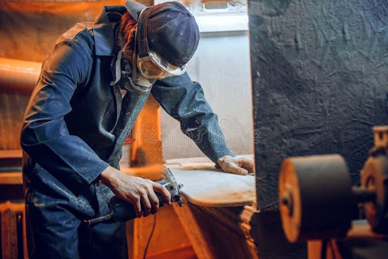 O carpinteiro que usa a circular viu cortando placas de madeira imagens de stock royalty free