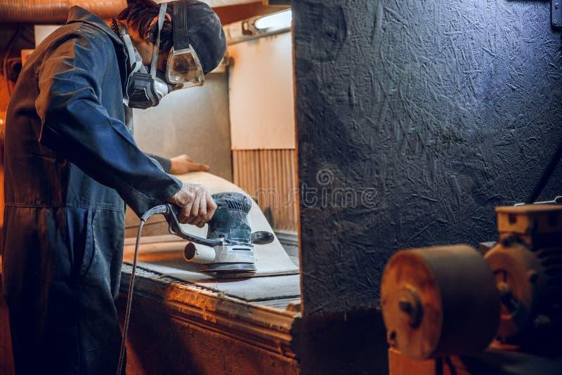 O carpinteiro que usa a circular viu cortando placas de madeira fotos de stock royalty free