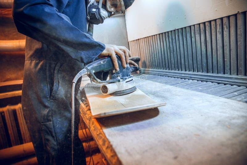 O carpinteiro que usa a circular viu cortando placas de madeira fotografia de stock royalty free