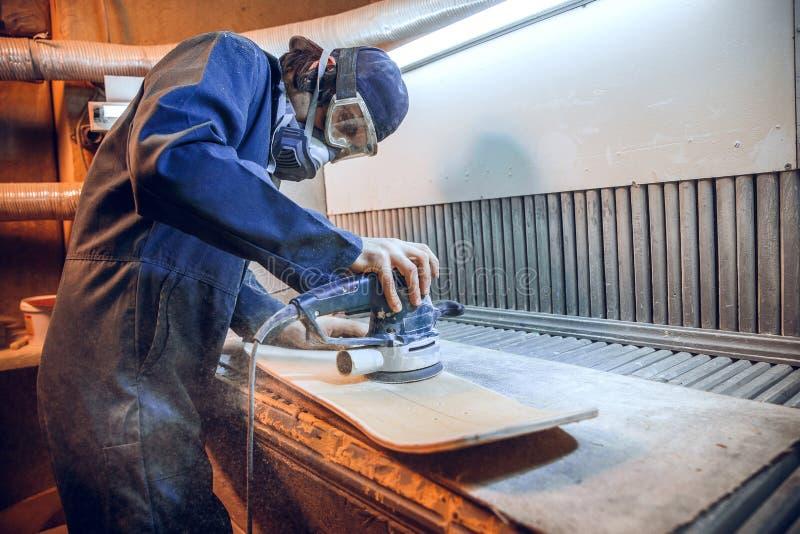 O carpinteiro que usa a circular viu cortando placas de madeira fotos de stock