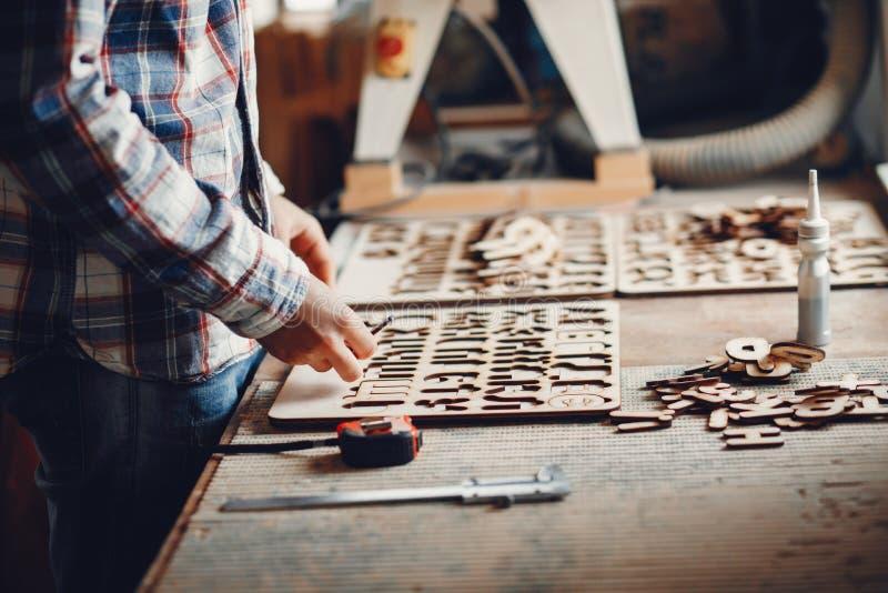 O carpinteiro trabalha com uma ?rvore imagens de stock royalty free
