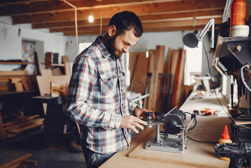 O carpinteiro trabalha com uma ?rvore fotos de stock