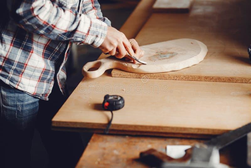 O carpinteiro trabalha com uma ?rvore fotografia de stock royalty free