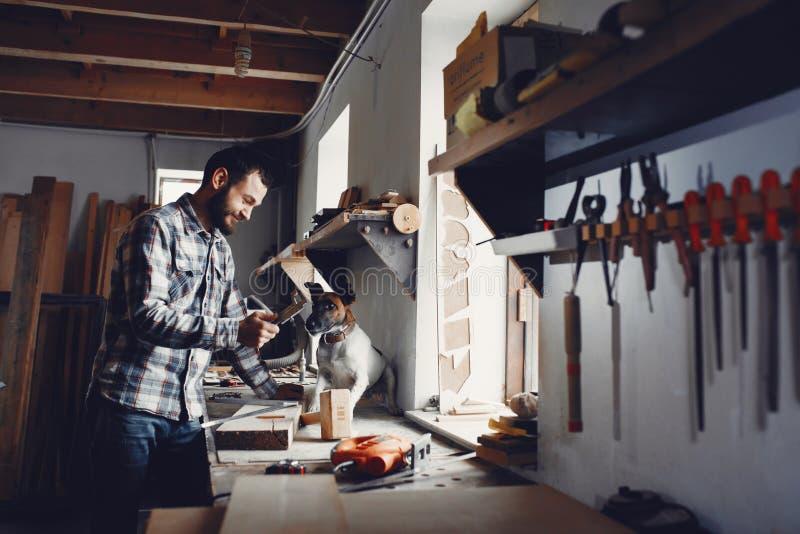 O carpinteiro trabalha com uma ?rvore imagem de stock royalty free