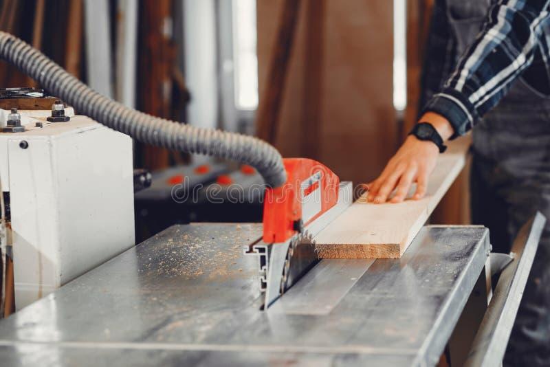 O carpinteiro trabalha com uma ?rvore fotos de stock royalty free