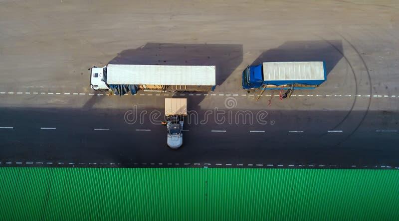 O carregador carrega o caminhão Vista superior imagem de stock